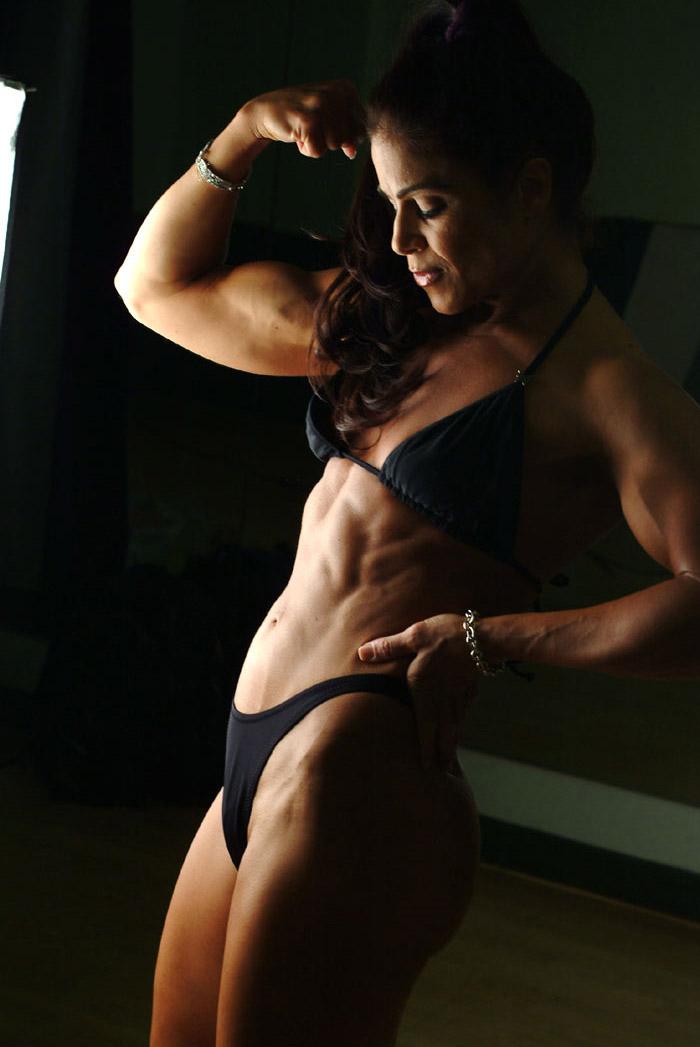 Tara Marie pose physique